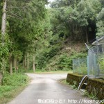 弥山登山口手前の水道局の建物前