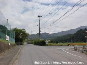 欽明路駅東側の踏切前のT字路