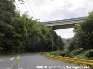 欽明路駅から春日神社に行く途中の高速道路をくぐるところ
