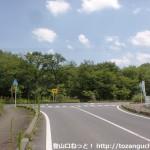 周防高森駅前の車道(県道143号線)を南に真っ直ぐ下った先でぶつかるT字路
