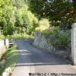 渓月院の参道入口にある結界石柱