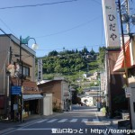 JR平岡駅前の国道418号線沿いの熊伏山登山口に入る個所