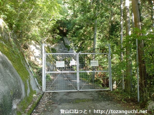 天龍村の熊伏山登山口の林道ゲート