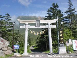 田ノ原の登山道入口からみる御嶽山
