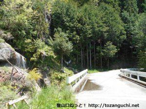易老渡・便ヶ島に向かう林道の途中にある滝