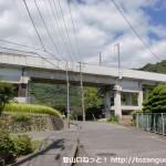 高水小学校のすぐ上の新幹線高架下
