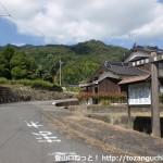 国道2号線沿いにある烏帽子岳登山口の入口(正蓮寺烏帽子公園の入口)