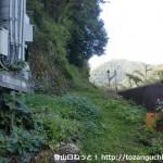 南桑駅線路脇の石童山登山道入口
