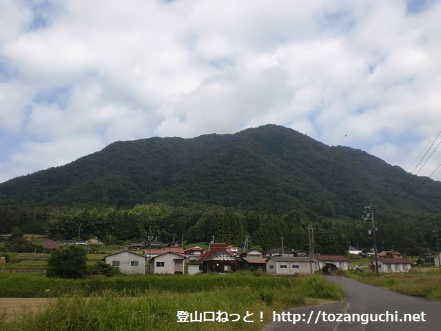 向峠バス停付近から見る小五郎山