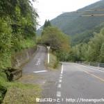 国道187号線沿いの城将山登山口への林道入口