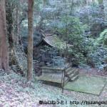 城将山登山口手前の林道下にある平野神社の社殿