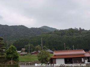 山裾の神角バス停から見る十種ヶ峰