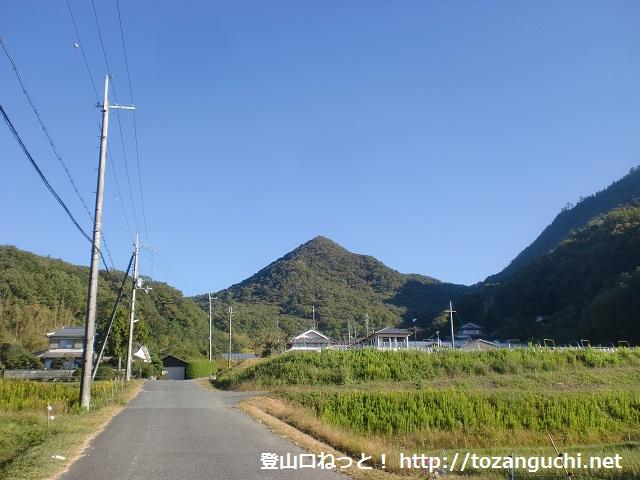 香下寺の手前付近から見る羽束山