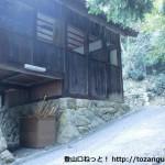 羽束山の登山口にある八王子神社の山門