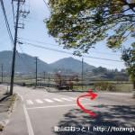 木器バス停前の辻から坂を下り、川の手前で右折するところ