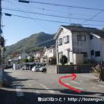 羽束山の北側の登山口に行く途中の住宅街で右折するところ