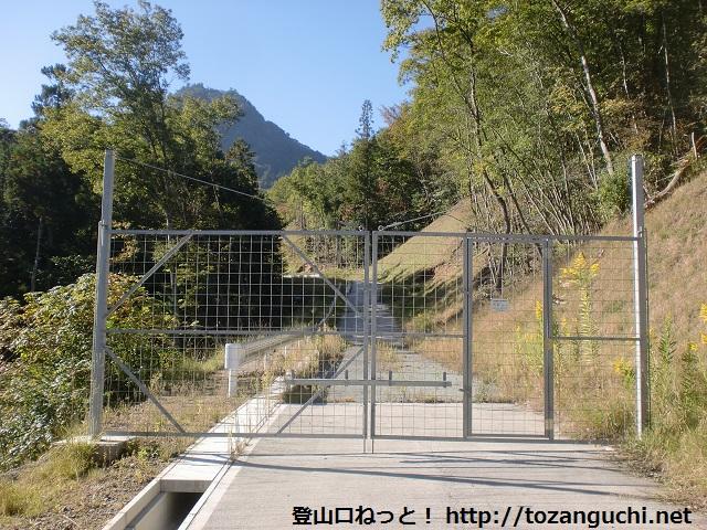 羽束山の北側の登山口にある獣除けのゲート