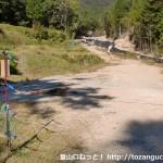 大船山の登山口に行く林道の入口-とげ^