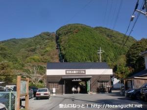 妙見ケーブルの黒川駅(山裾駅)から見る妙見山の前峰