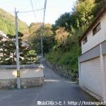 妙見ケーブルの黒川駅(山裾駅)右手の新滝道コースへの入口