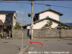 阪急山本駅北口から住宅街に入ってすぐの分岐を右に進んだ先のT字路