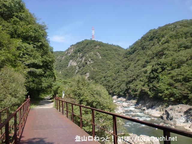 武田尾廃線跡の入口から渓谷を望む