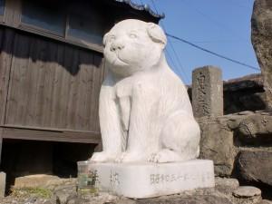 白犬之塚の白犬像(松浦鉄道の今福駅近く)