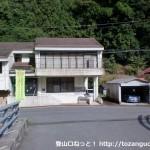 深須バス停から坂を下って橋を渡るところ