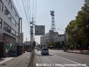 県道204号線の郵便局前交差点から市民会館方面に右折するところ