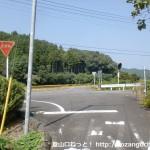 神上寺に行く途中の車道が横切るところ