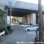 藤白神社の西側で高速の高架をくぐるところ