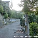 有間皇子の墓前の藤白坂への登り口