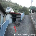 JR冷水浦駅の南側で国道の下をくぐり右に曲がった先にある分岐