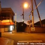 JR紀伊宮原駅東側の踏切前のT字路