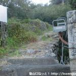 雲雀山の登山口(熊野古道の雲雀山みちの登り口)から登山道を見上げる