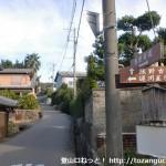 熊野古道の逆川王子跡のそばにある糸我峠への登り口から熊野古道を見る