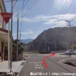 河瀬橋バス停の南側で車道に出合う所