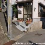 堂ノ下バス停(神戸市バス)のすぐそばの路地に入った先でさらに細い路地に入るところ