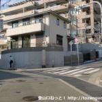 「右高取神社本道 是ヨリ十八丁」の石柱のある分岐地点