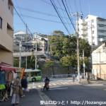 鷹取団地のバス停前のT字路