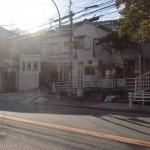 鷹取団地バス停前の「高取神社登拝口」と書かれた標柱が立てられているところ