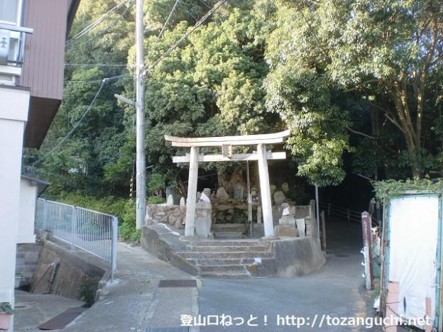 高取山と高神滝の分岐地点となる鳥居前