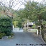 丹生山の町石道(旧参道)入口にある石仏前