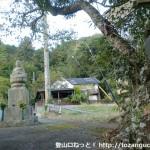 町石道(旧参道)入口にある石仏と丹生山山頂を示す道標