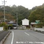 丹生山の義経道登山道入口手前の橋を渡るところ