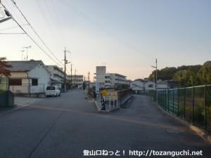 雄岡山登山口手前の団地前の分岐地点