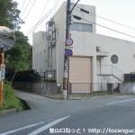 雄岡山の西側の登山口の入口手前付近