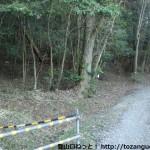 雄岡山の西側の登山道入口