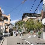 神戸市灘区の護国神社そばの交番前から坂を上がったところの右カーブ地点