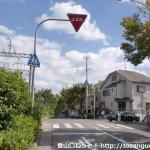 阪急電車の御影駅東側の踏切前